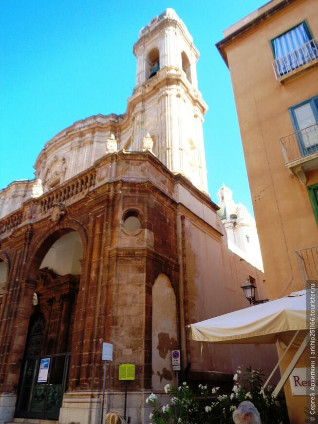 Очень трудно было сделать фото- находится собор на слишком узкой улице
