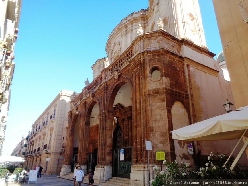 Кафедральный собор Сан Лоренцо был построен в 1421 году по приказу сицилийского короля Альфонсо Великодушного
