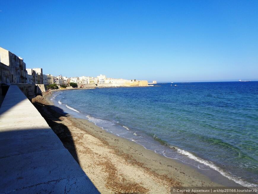 Трапани и его набережная с небольшим городским пляжем