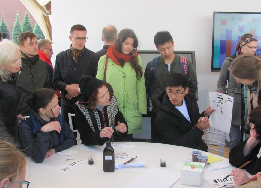 Гражданин Китая, хорошо говорящий по-русски, обучал посетителей фестиваля чистописанию по-китайски