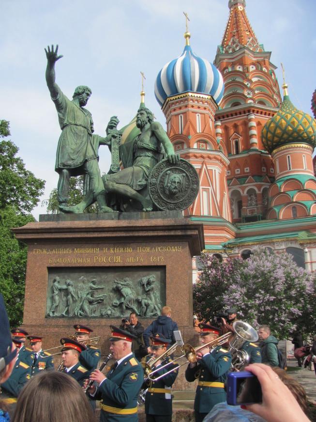 Около собора Василия Блаженного выступал военный оркестр