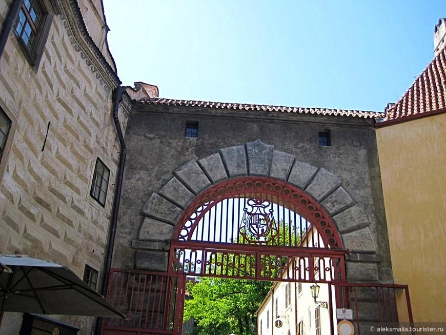Первый внутренний двор открывает каменная полукруглая арка, увенчанная гербом Шварценбергов. Это Красные ворота, построенные в 1861 году.