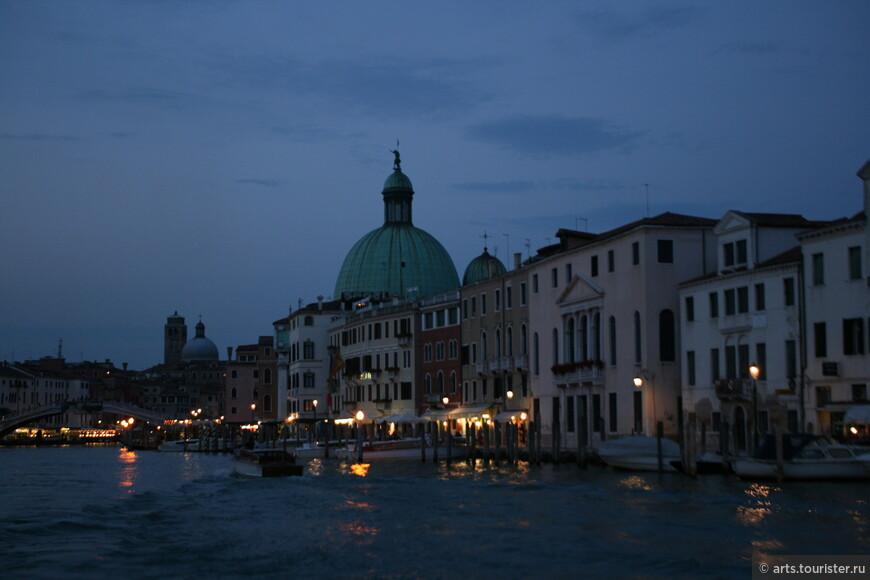 Большая часть фотографий с вапоретто, поскольку именно с него открываются самые прекрасные панорамы города на воде. Вечерние фото сделаны с последнего в этот день рейса вапоретто около 8 вечера.