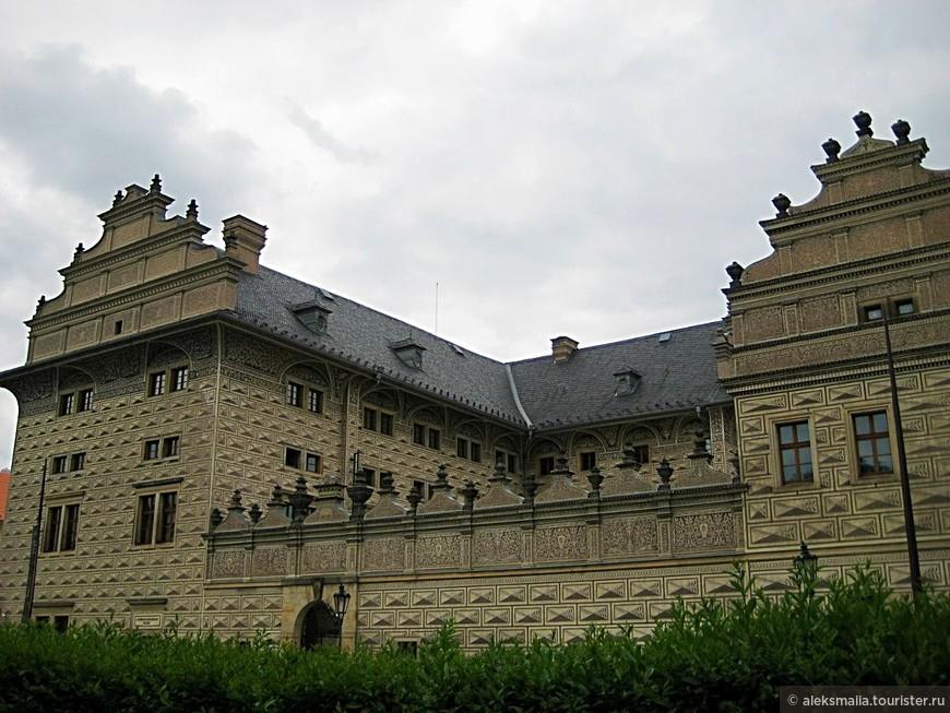 Шварценбергский дворец - один из прекраснейших дворцов Праги эпохи Возрождения находится близ Пражского Града. Его хорошо видно издали в силу контрастной отделки стен снаружи, выполненной в венецианском стиле.