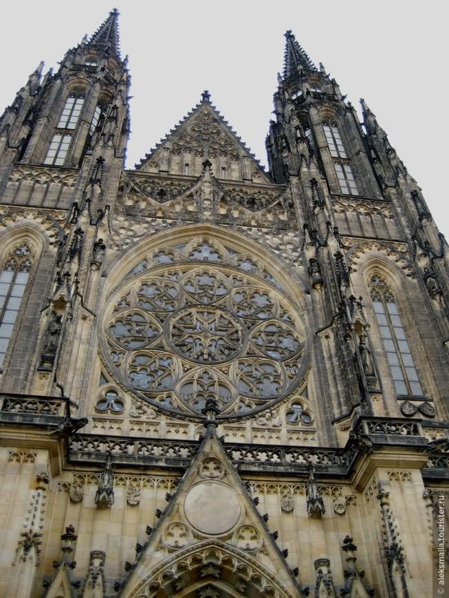 Собор св.Вита - кафедральный собор города, самый большой в Праге. Длина собора - 124 метра, высота главной башни - 97 метров. Его история ведет начало с 1344г, сегодня здесь резиденция архиепископа Пражского.