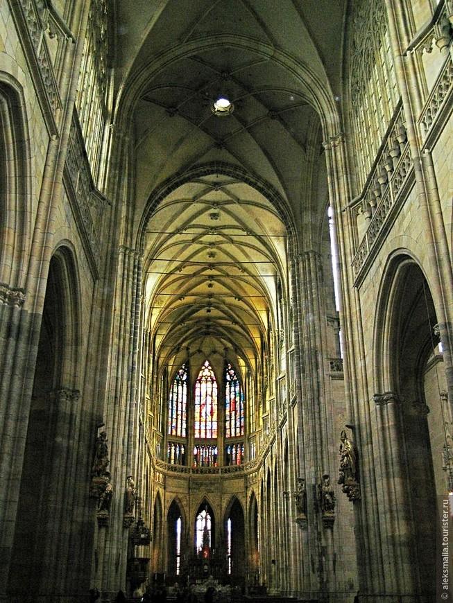 Интерьер собора поражает изысканностью убранства, необычайно высоким потолком с арочными пролетами и красивейшими витражами.