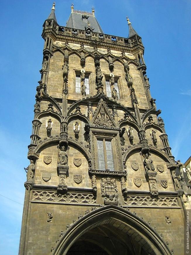 """Пороховые ворота (конец 15 в.). Высота башни 65 метров. Здесь начиналась """"Королевская дорога"""", идущая из Старого города в Пражский Град"""