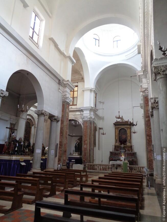 Внутри церкви деревянные статуи 17 века