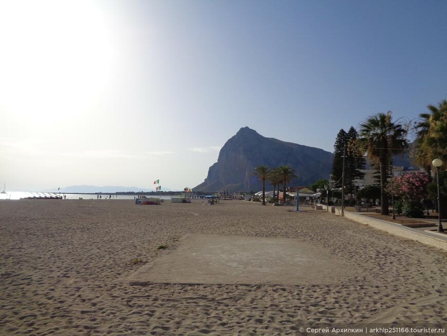 Пляж здесь один - но очень большой - в длину 4 километра и в ширину не маленький