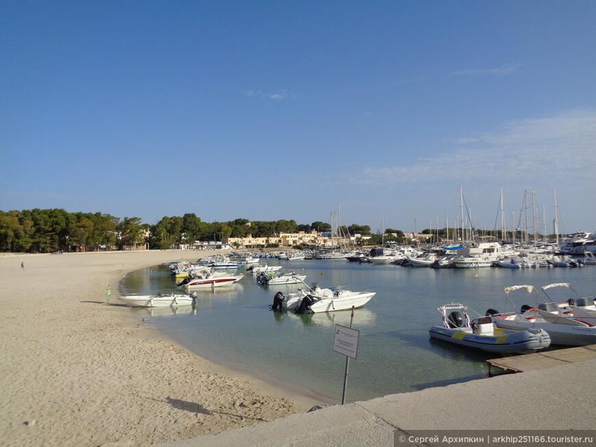 Есть небольшая портовая зона- можно совершить экскурсии вдоль побережья
