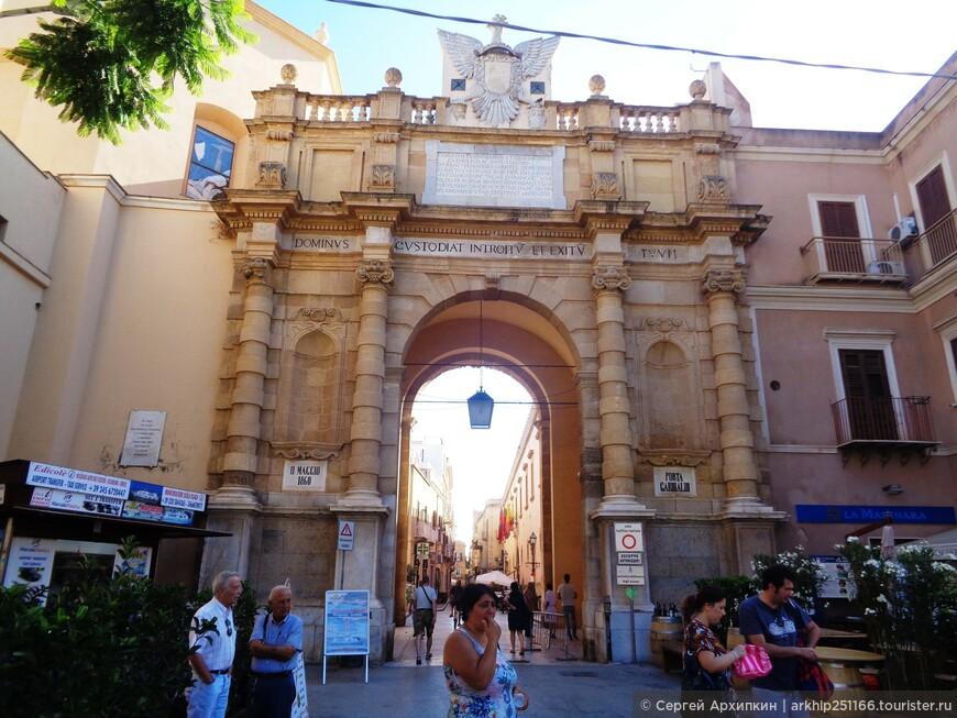 Входим через ворота в историческую часть города