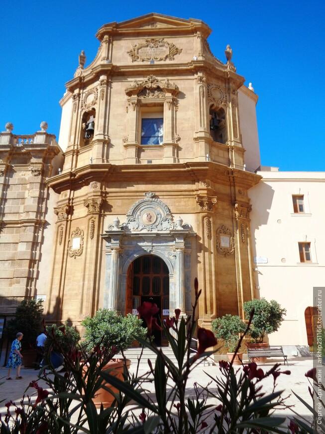 Возле ворот Гарибальди небольшая барочная церковь
