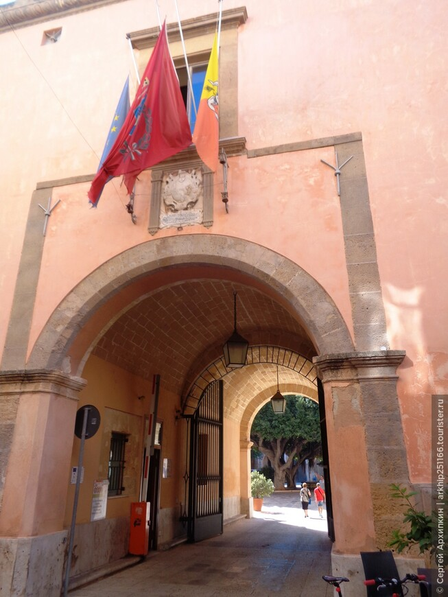 Вход во внутренний дворик в палаццо