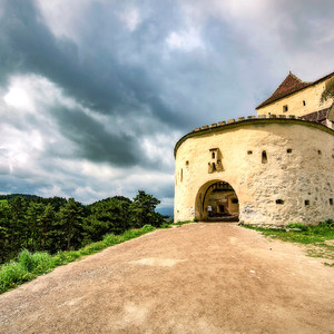 Это нападение татар, послужило толчком для начала работ по строительству каменной крепости. На фото: вход в верхнюю часть укрепления.