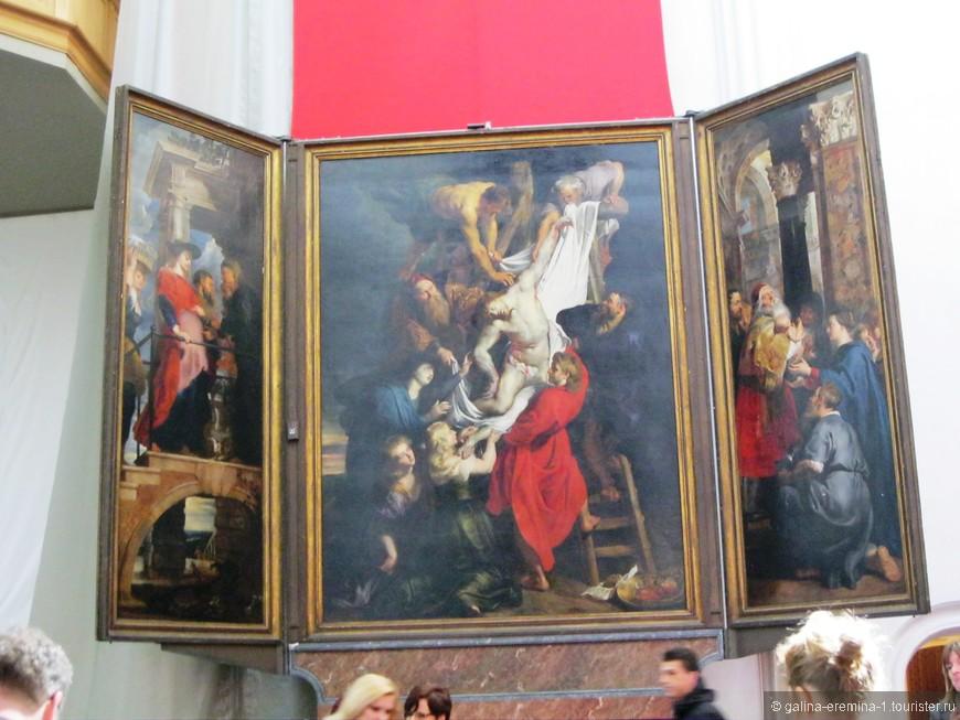 Антверпен, Кафедральный Собор Богоматери.  Полотно Рубенса «Снятие с креста», которое является частью триптиха (в него входят еще картины «Распятие» и «Вознесение»).