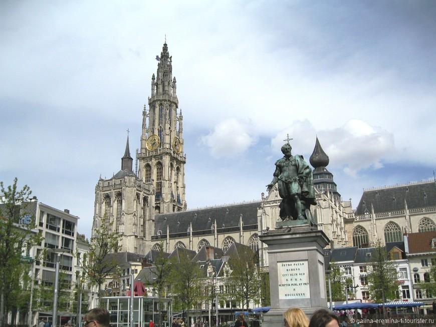 Антверпен,  Кафедральный Собор Богоматери.  Памятник Рубенсу