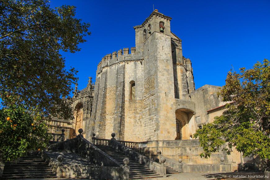 Круглая церковь Шарола, первое что бросается в глаза при входе в замок-монастырь.