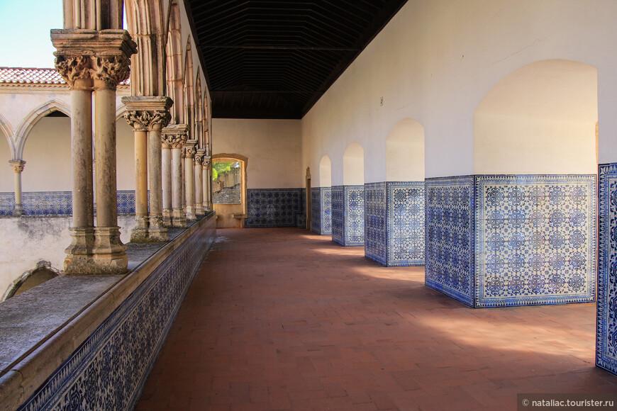 Это первый внутренний двор - клуатр, куда попадаешь, купив билет в музей.