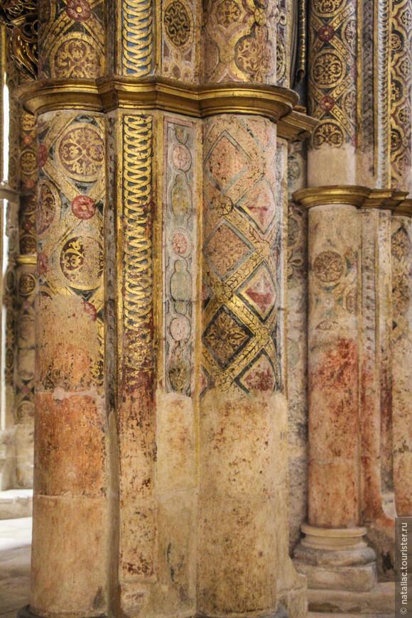Многие из фресок, скульптур и картин, украшающих ротонду Шарола были тщательно восстановлены до прежнего великолепия, но остались детали в первозданном виде.