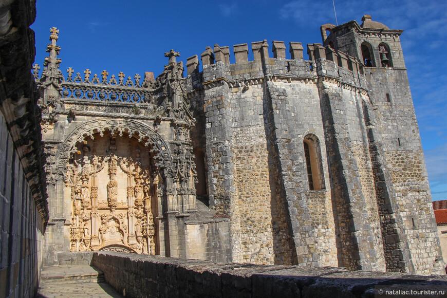 Мануэлинский портал-вход в монастырь. Это снимок я сделала с веранды.