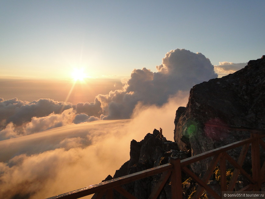 Облака отходят все дальше и дальше, создавая картины удивительной красоты.