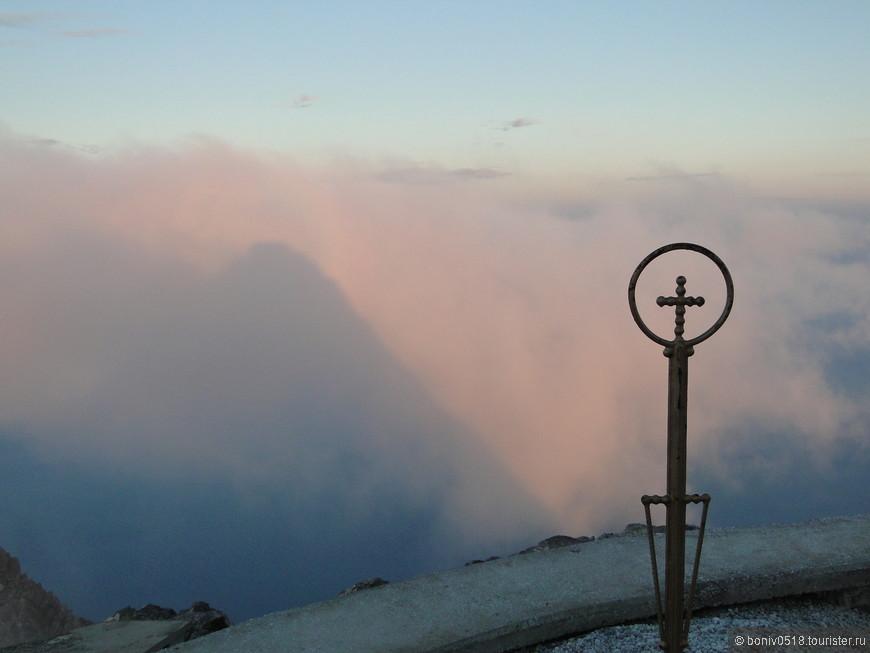 А вскоре уже появляется пирамида - это тень от святой горы.