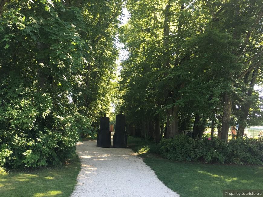 В парке Усадьбы представлена оригинальная экспозиция(более 50 скульптур) известных  современных швейцарских , французских и европейских мастеров .