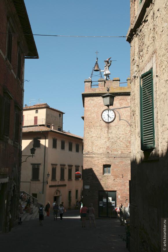 Башня Пульчинеллы, посвященная прославившемуся персонажу итальянской комедии дель-арте. Фигука каждый час оповещает жителей города об актуальном времени, ударяя молотом по массивному колоколу.