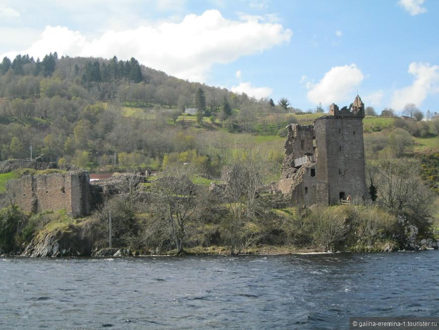 разрушенный замок Урхарт на берегу озера Лох-Несс