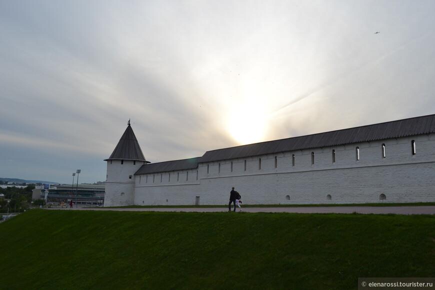 Теплый вечер. Солнце скатывается в Казанку за стеной древнего Кремля. Где-то шумит огромный город, а здесь тишина, уединение и небо...