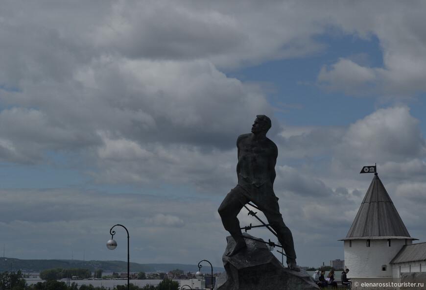 Конечно, вечера бывают разные. Вот здесь тяжелые облака несут дождь. В ту ночь МЧС предупреждало о усилении ветра. Но памятник Мусе Джалилю, что словно противостоит  тучам, кажется  на фоне неспокойного  неба,  таким гармоничным!