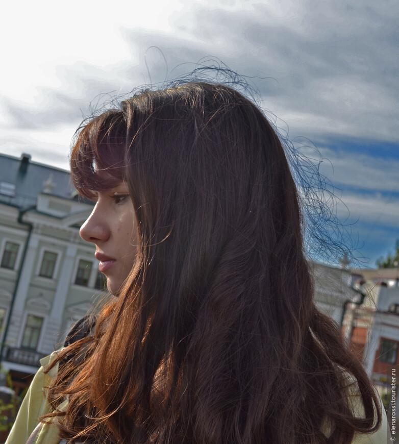 Вечернее  солнце всегда с грустинкой, но всегда щедро на краски и оттенки! Наверное ему, Великому Светилу, безразлично, что Натэла только что заняла первое место в конкурсе им. А.Шнитке в Москве; безразлично, какой  это, несмотря на юность, талантливый музыкант... Этим теплым июньским вечером, прощальные лучи просто желают позолотить волосы этой красивой девушке, которая мечтает о счастье.