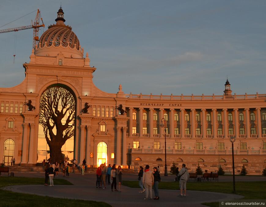 Теплый вечер. Солнце прощально горит в окнах Дворца земледелия.