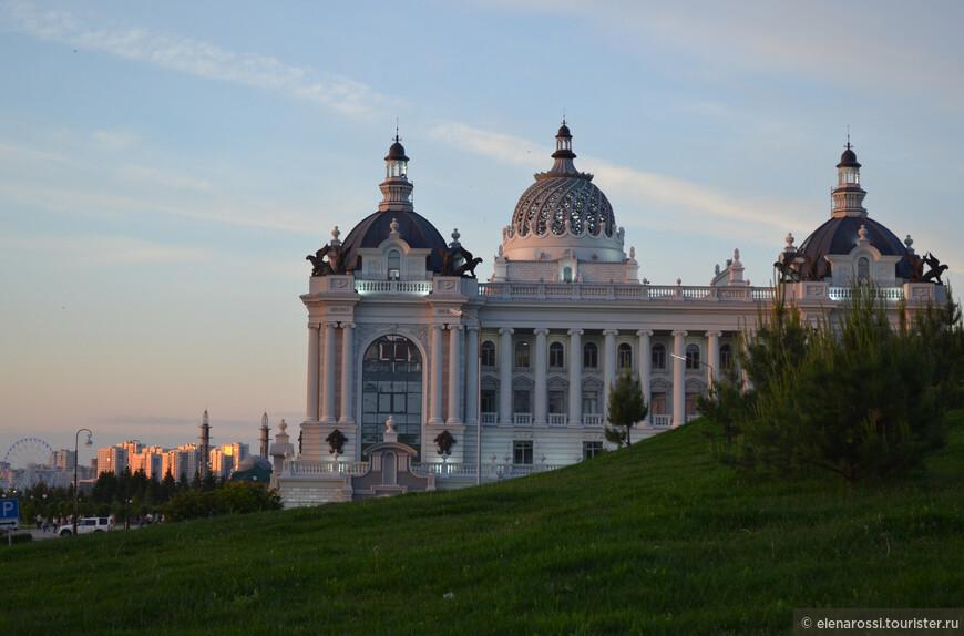 Оглядываюсь и снова вижу интересный городской профиль с тем же Дворцом.