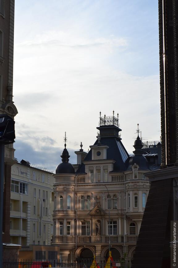 В этом районе, на Федосеевской, что возрос на месте старых полу-бараков, порою трудно отличить офисы от жилых домов.  Район элитного жилья.