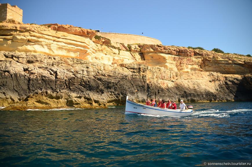 Голубой грот расположен в юго-западной части Мальты, знаменитой своим скалистым берегом. Неподалеку находятся утесы Дингли высотой 253 метра.