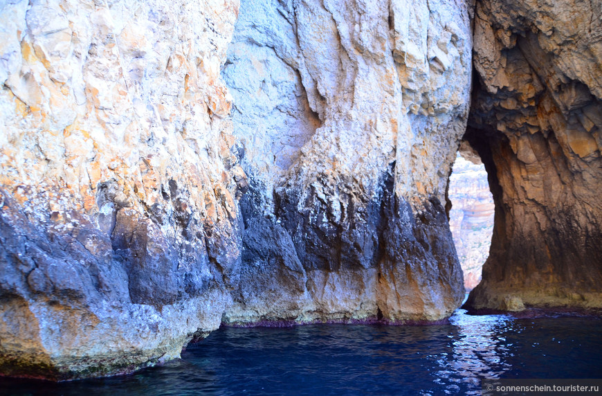 На самом деле название Голубой грот объединяет систему гротов и пещер, самая большая из которых уходит в глубь скалы на 45 метров. Райское место для любителей скал и камней.