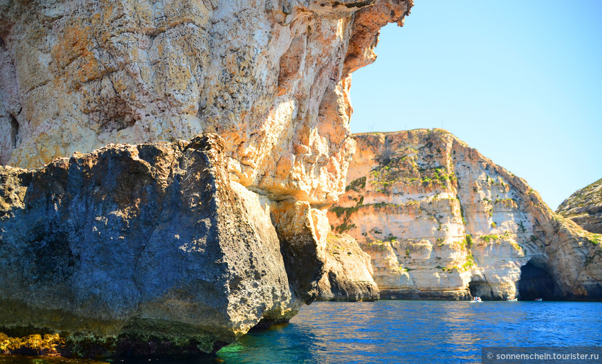 Здесь мальтийский берег красив и неприступен. Сразу видно, что остров имеет вулканическое происхождение.