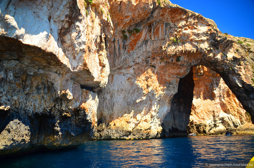 Голубой грот никого не оставляет равнодушным своей красотой. Дух захватывает от величия окружающих грот скал и необыкновенного бирюзового цвета воды, что собственно и дало название этому месту.