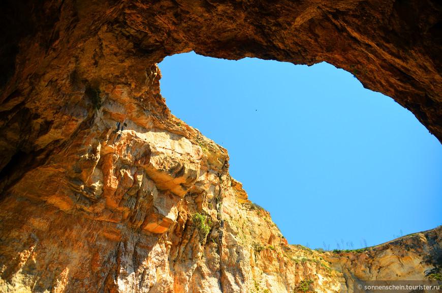 Сам скалистый свод и еще две поверхности воды по обеим сторонам грота, сочетаясь между собой, производят поистине грандиозное впечатление.