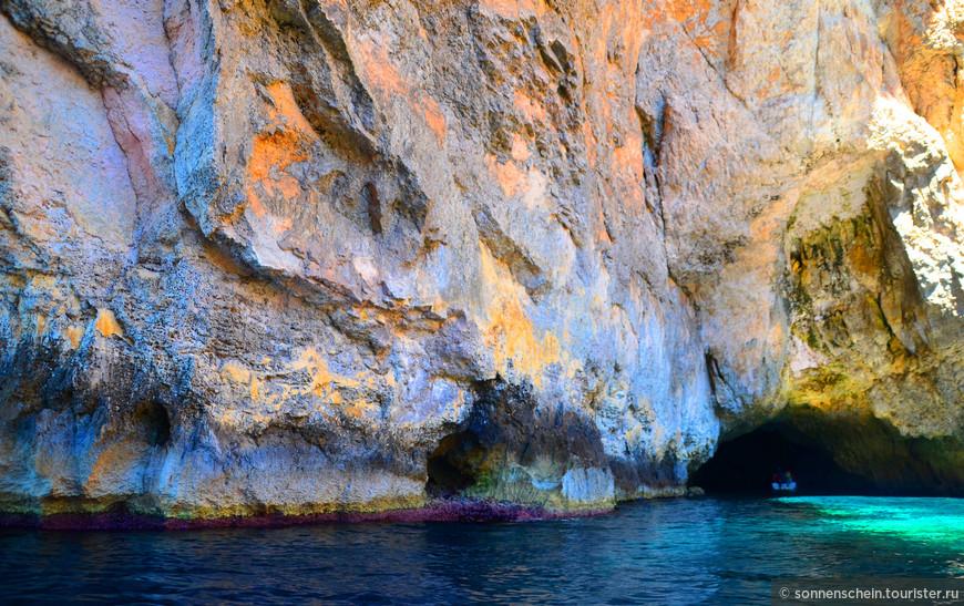 Вода здесь чистейшая и при малейшем изменении угла фотографирования, цвет тоже меняется. Если обратите внимание на фото выше, то на скалах можно увидеть уникальный фиолетовые водоросли. Не знаю, правда или нет, но вроде бы они живут только у побережья Мальты.