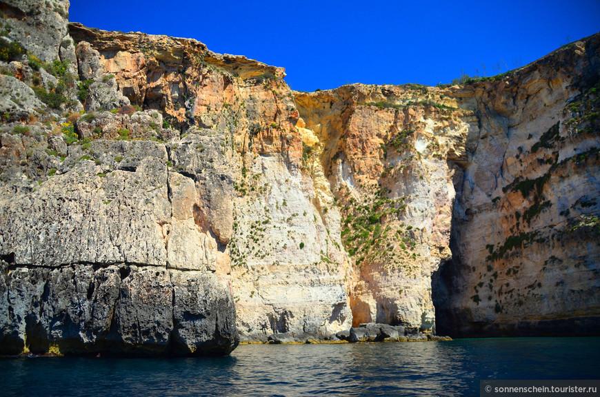Весь берег представляет собой комбинацию арок, туннелей и пещер, соединенных в один гигантский лабиринт.