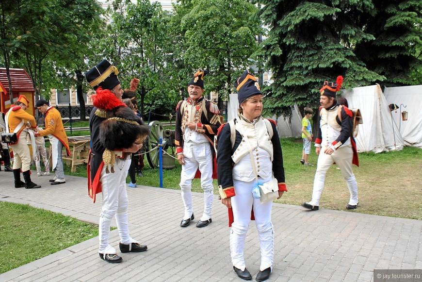 Французов здесь небольшой десант. По-русски они почти ничего не понимают, но дружески приветствуют российских реконструкторов в форме французских солдат.