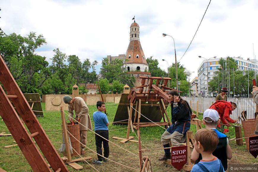 Возле стен монастыря развернут парк осадных машин. Это стреломет. Вдалеке - деревянные щиты, по которым производятся выстрелы.