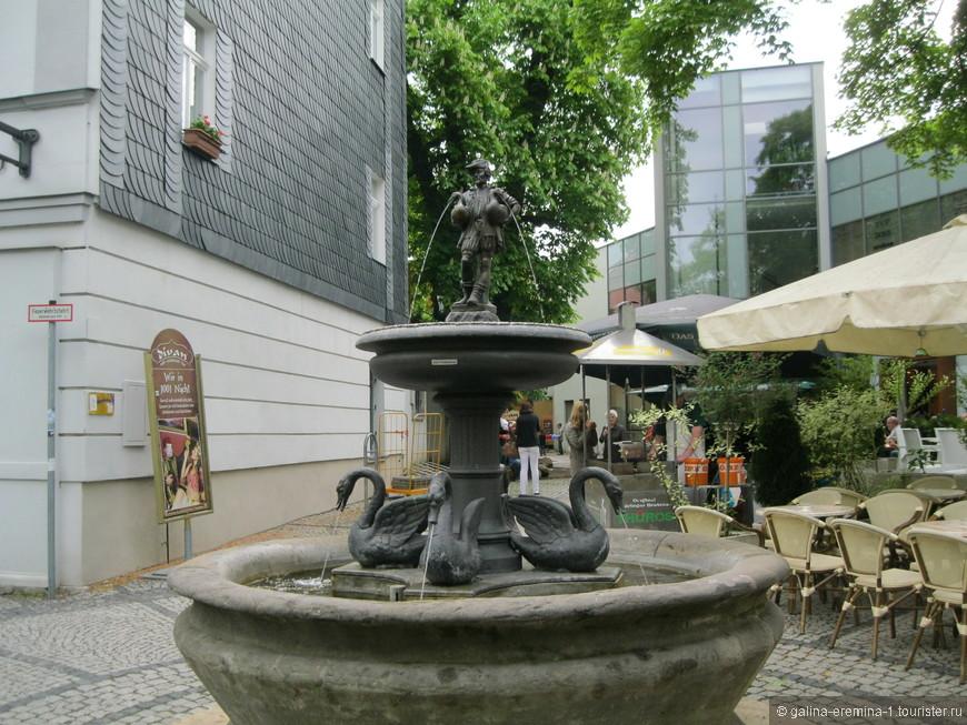 Веймар, фонтан «Мужичок с гусями» напротив дома Шиллера