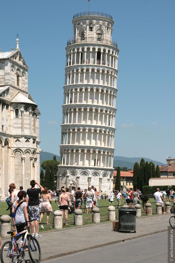 В 1173 году начались работы по возведению Кампанилья (башни-колокольни), которая из-за просчетов в строительстве приобрела мировую известность
