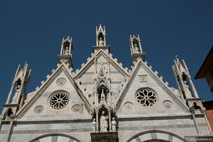 В церкви находится скульптура выдающихся пизанских мастеров Лупо ди Франческо, Джованни ди Бальдуччо, Джованни Пизано, Андреа Пизано и его сыновей Нино и Томмазо.