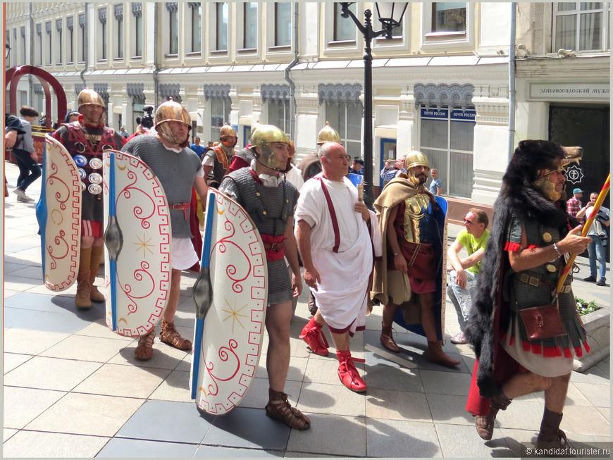 Ну когда еще такое было, чтобы римские легионеры вот так  просто бродили по ул. Никольская... Где Рим (первый) и где Москва (третий Рим)?
