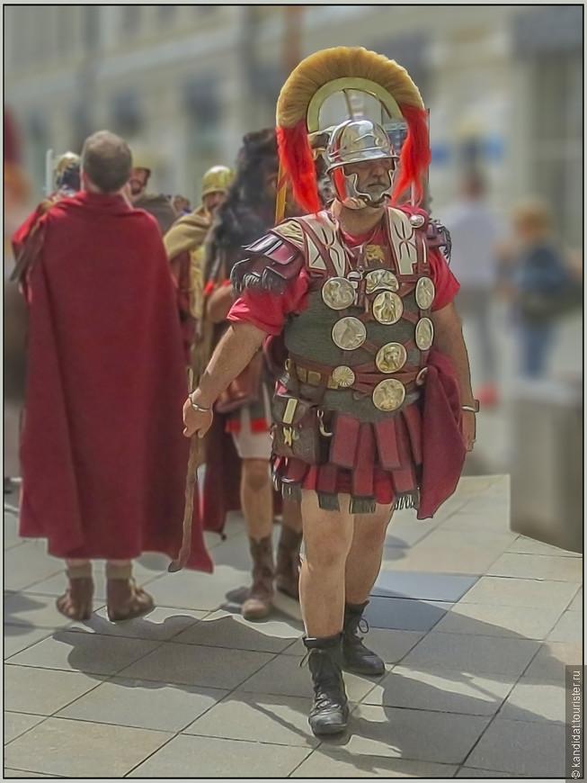 Я уже не говорю о том, какие колоритный личности возглавляют эту группу туристов из Рима...