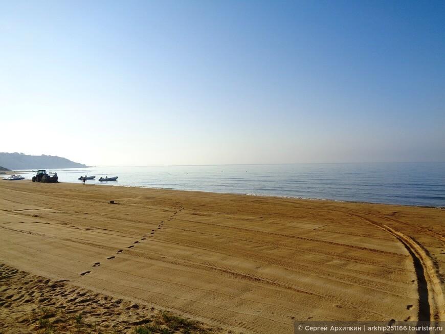 Было раннее утро - пляж чистили